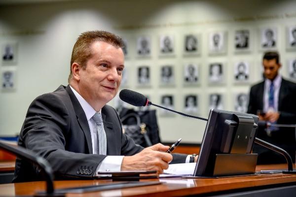 Projeto do deputado Celso Russomanno (Republicanos-SP) torna obrigatória a colocação de tarja informativa sobre o uso de retoque digital na silhueta das pessoas em imagens para fins de publicidade