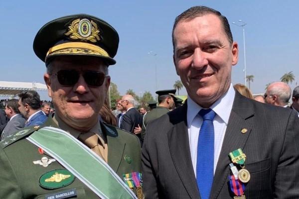 Deputado foi agraciado com a Medalha do Pacificador e a Medalha do Exército Brasileiro durante as comemorações em alusão ao Dia do Soldado