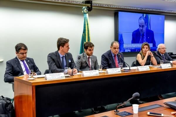 Debate sobre a transferência de dados para a investigação criminal de usuários envolvidos em exploração sexual contra menores foi proposta por Roberto Alves