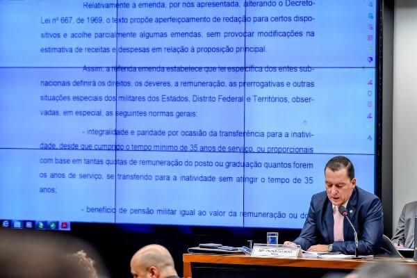 Para Vinicius Carvalho, relator do projeto, a inclusão de policiais e bombeiros militares se fez necessária uma vez que o tipo de atividade que eles desenvolvem se equiparam ao exercido pelos militares das Forças Armadas